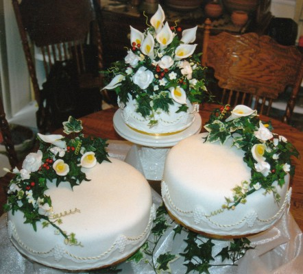 9191-wedding-cakes-with-calla-lilies-decorations