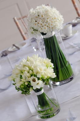 narcissi-and-freesia-table-arrangement