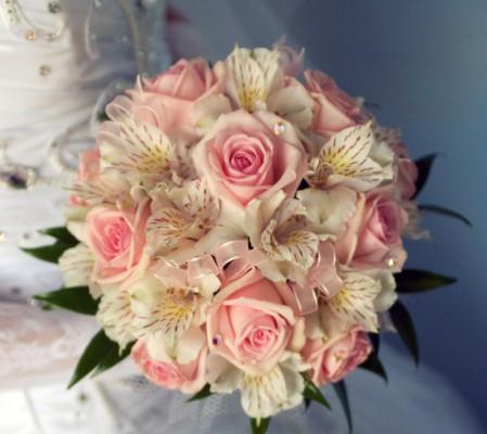 roses-and-alstromerii