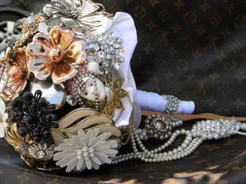 beautiful-diy-vintage-brooch-bouquets