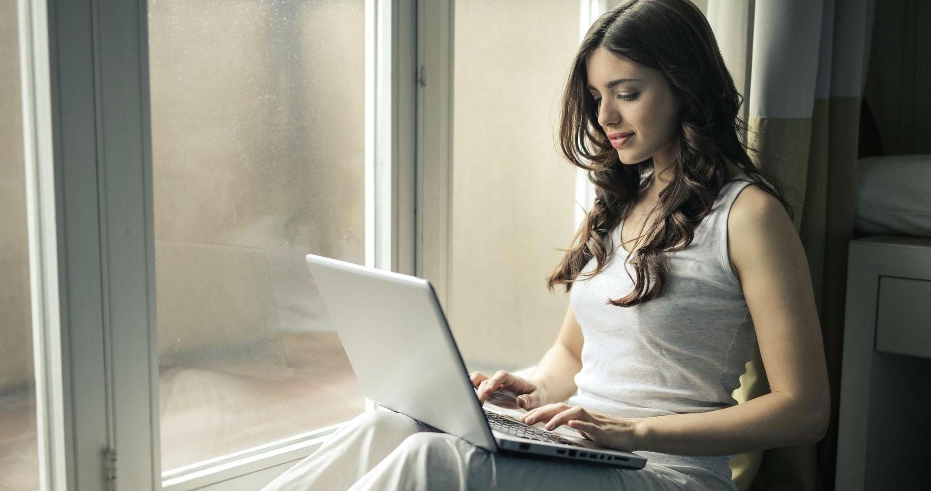 Модели работа на компьютере девушка модель тюмень работа